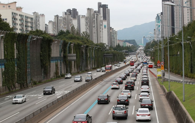 Traffic Relatively Clear on Highways One Day ahead of Lunar New Year Holiday