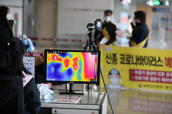 韩国大幅加强确诊患者接触者隔离基准 暂停湖北地区已发签证效力