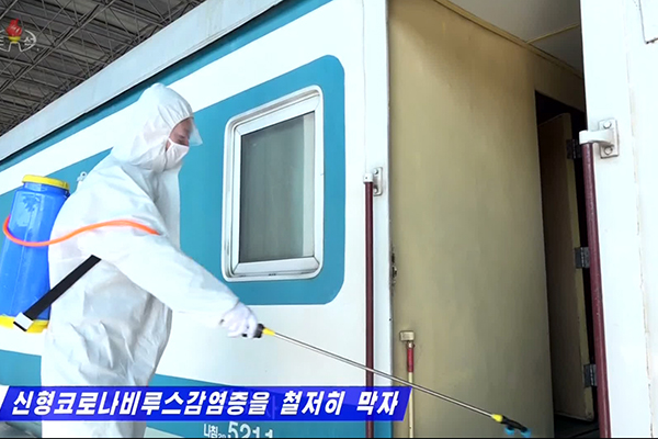 Người dân Bắc Triều Tiên đốt ngải cứu để phòng dịch corona-19