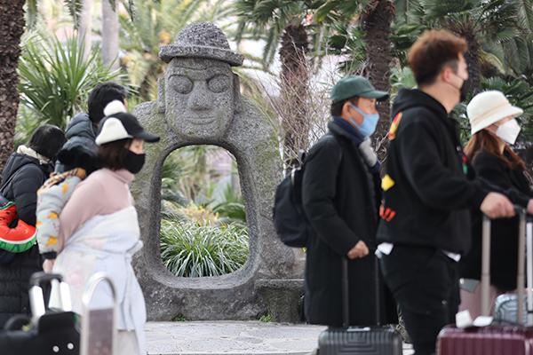 Du khách người Trung Quốc nhiễm virus corona chủng mới đã mua thuốc hạ sốt tại đảo Jeju trước khi về nước