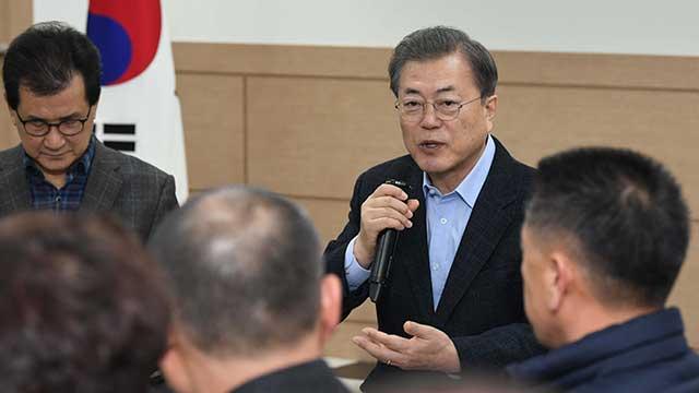 الرئيس مون جيه إين يزور منشآت يخضع فيها مواطنون لإجراءات الحجر الصحي