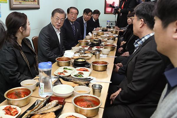 文在寅访问首尔传统市场 呼吁国民回归日常生活