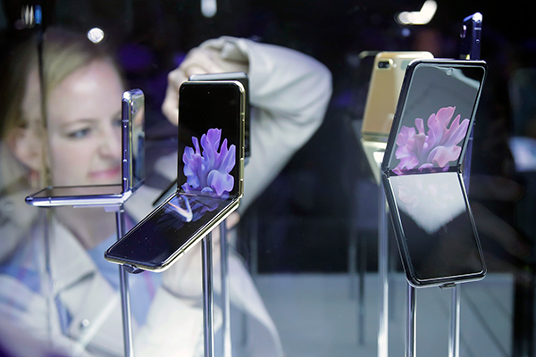 Cuộc cạnh tranh giữa nhựa và kính trong thời đại điện thoại màn hình gập