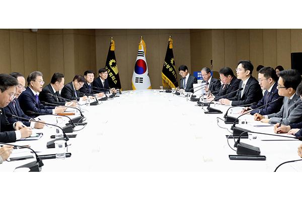 Covid-19 : les conglomérats promettent à Moon Jae-in de coopérer pleinement pour surmonter la crise
