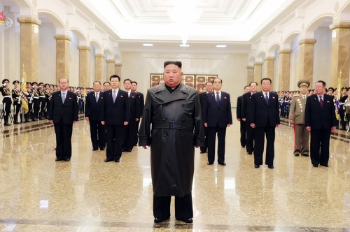 В День сияющей звезды лидер КНДР почтил память своего отца Ким Чен Ира