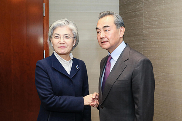 وزيرا خارجية كوريا والصين يتعهدان باستمرار التعاون في مكافحة فيروس كورونا