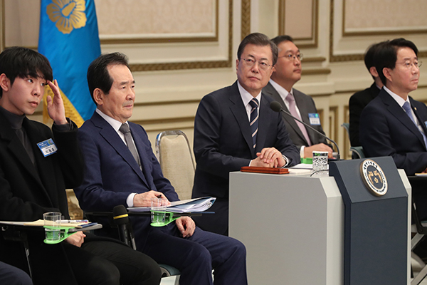 Moon Urges Ministries to Deliver 'Clear Change' in Economy