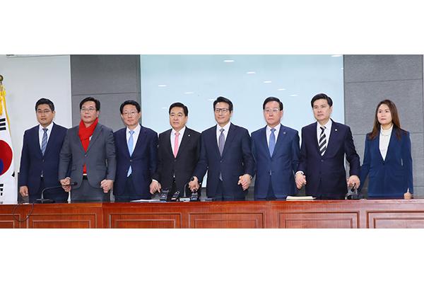 Législatives : entre fusions et nouveaux partis, l'opposition s'organise