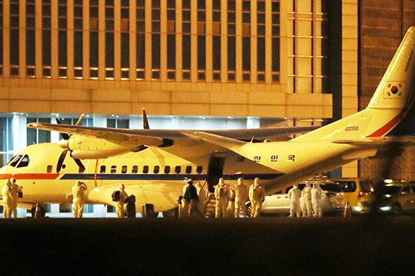 """7名被困""""钻石公主号""""人员搭乘""""空军3号""""抵达金浦机场"""