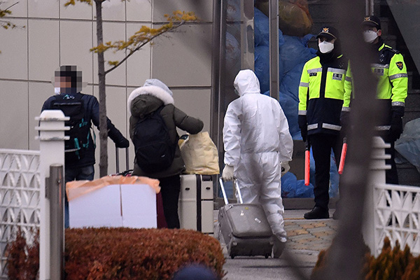 Seúl evacúa a los surcoreanos aislados en el crucero en Japón