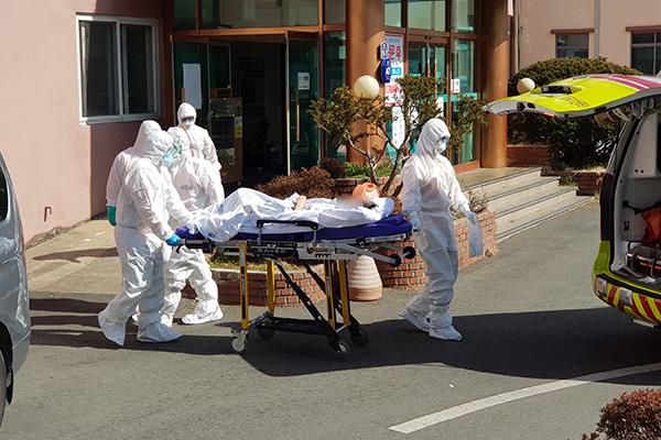 الحكومة الكورية تضع إرشادات جديدة لمواجهة نقص الأسرّة في المستشفيات
