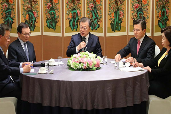 الرئيس مون يتفق مع رؤساء الأحزاب السياسية على جهود لمكافحة فيروس كورونا الجديد