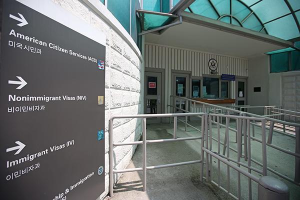 السفارة الأمريكية تلغي مقابلات إصدار التأشيرات بدءًا من الخميس