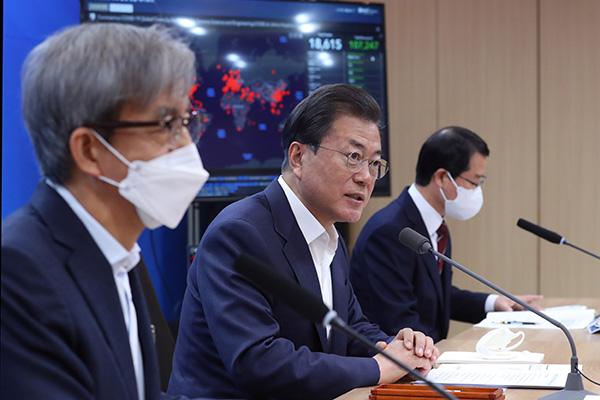 Moon Jae In visita una empresa de desarrollo de reactivos de diagnóstico