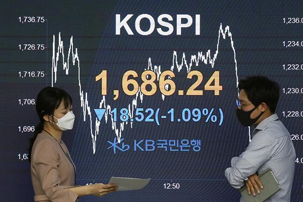 KOSPI baja pese a la inyección de liquidez del banco central