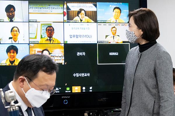 وزارة التعليم تدرس الاكتفاء بالفصول عبر الإنترنت عند افتتاح المدارس في أبريل