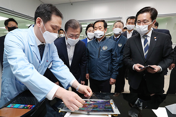 Moon Reaffirms Resolve to Overcome COVID-19 Crisis on Visit to N. Gyeongsang Prov.