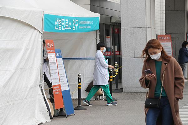 韩新冠肺炎确诊病例逾1万例 出现首例医护人员死亡病例