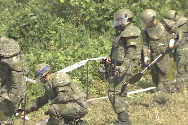 Quân đội Hàn Quốc bắt đầu tháo dỡ mìn ở khu phòng ngự phòng không tuyến sau