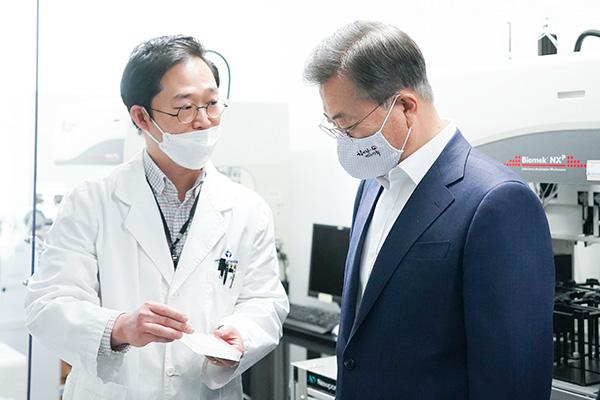 Presiden Moon Berharap Obat dan Vaksin COVID-19 Buatan Korsel Dapat Selamatkan Nyawa Manusia