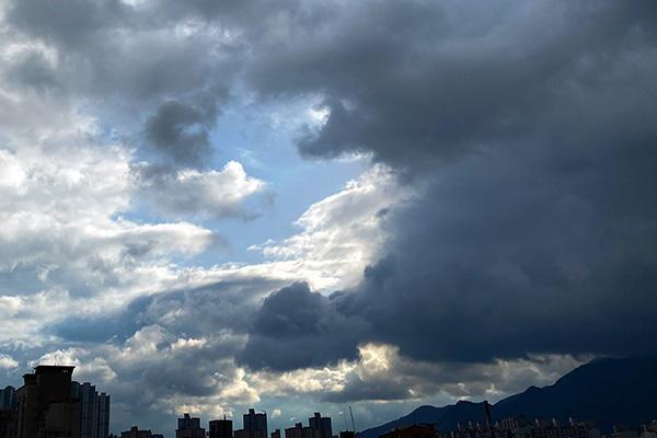 Viernes nublado y lluvias al este del país