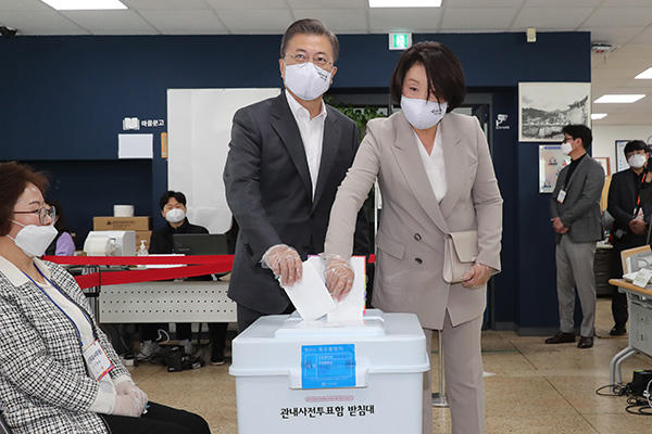 Moon Casts Early Vote for General Elections