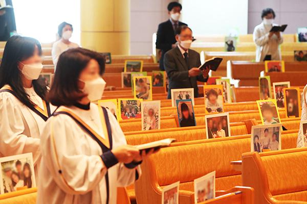 В связи с ослаблением режима социального дистанцирования южнокорейские церкви возобновили службы