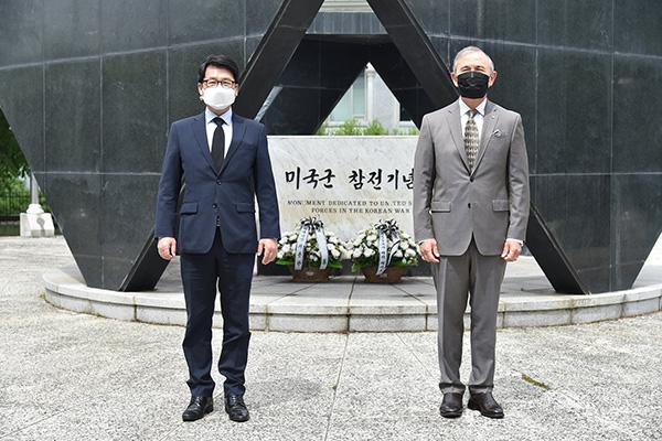 해리스 미대사, 임진각 미군 참전기념비에 헌화