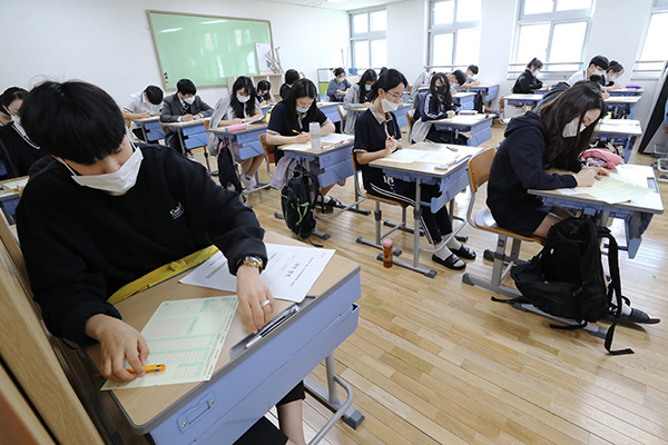 S. Korea to Lower Classroom Density amid Logistics Center COVID-19 Outbreak