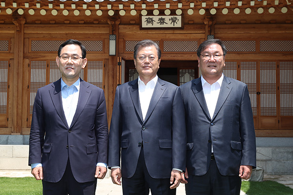 Moon Meets with Rival Party Floor Leaders