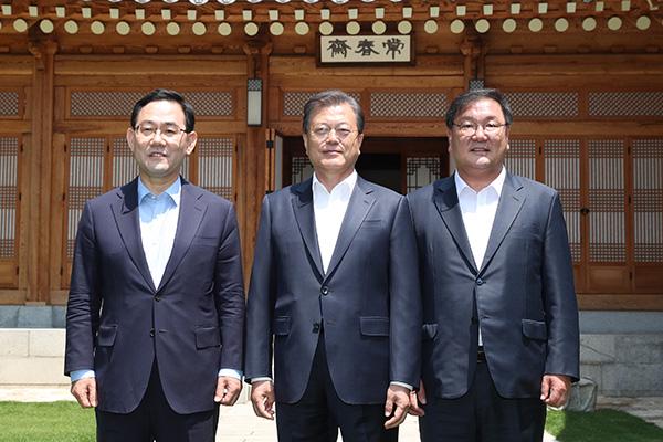 Moon comenta temas de Estado con representantes oficialista y opositor