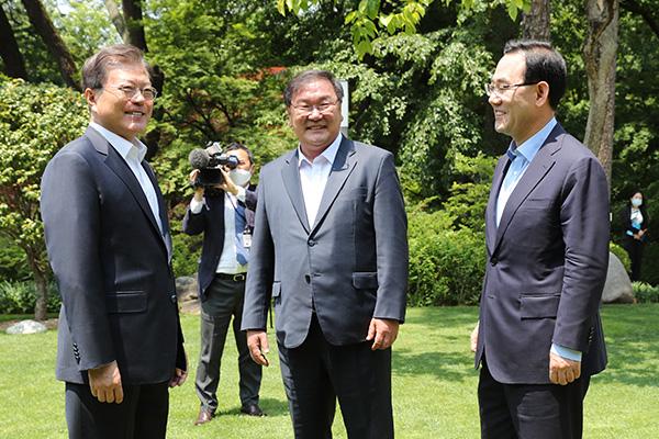 Presiden Moon Gelar Jamuan Makan Siang dengan Ketua Fraksi Partai Berkuasa dan Oposisi Korsel