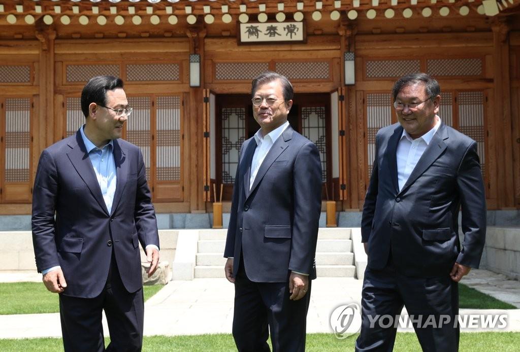 Moon se reúne con jefes parlamentarios de The Minjoo y Unidad Futura