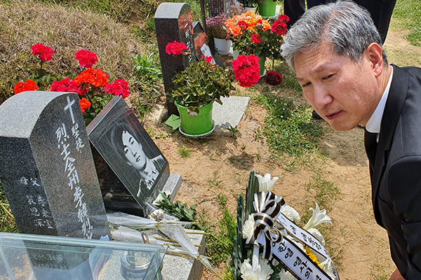 Ex-Pres. Roh's Son Pays Respects at Gwangju Cemetery