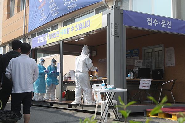 물류센터 관련 확진자 급증...학원강사발 감염 계속