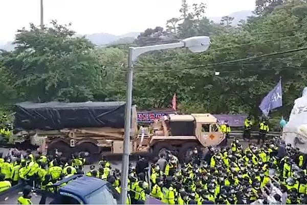 星州萨德基地设备运入基地 当地民众与警方发生冲突