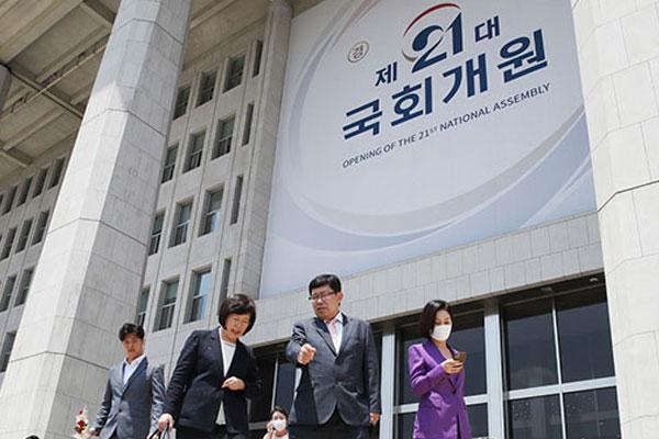 """21대 국회 임기 시작…여야 의원들 """"정치 바뀌어야"""""""