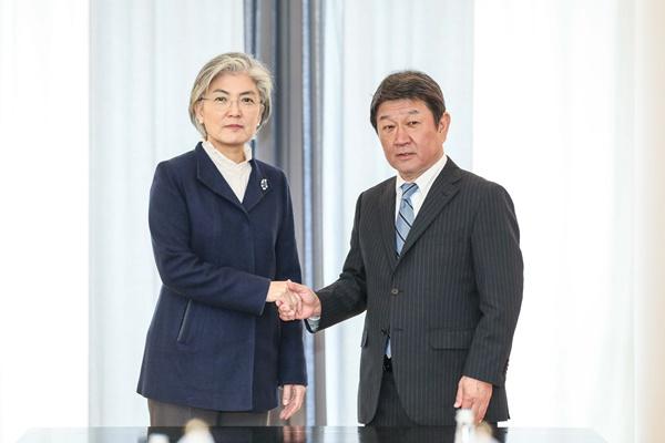 وزيرة خارجية كوريا تناقش مع نظيرها الياباني قضايا التجارة الثنائية