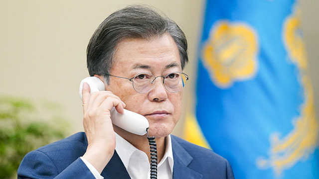 Moon conversa por teléfono con el rey de España
