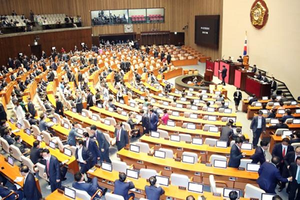Đảng đối lập tẩy chay phiên họp đầu tiên Quốc hội khóa XXI