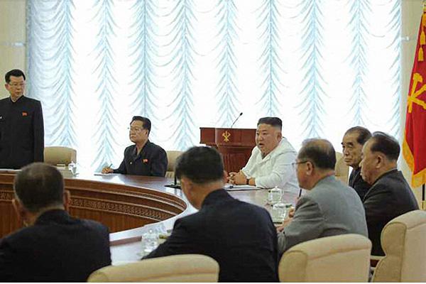 الزعيم الكوري الشمالي يرأس اجتماعا للمكتب السياسي للحزب الحاكم