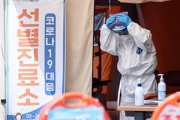 Số ca nhiễm COVID-19 mới tại Hàn Quốc lại tăng lên ngưỡng ba chữ số