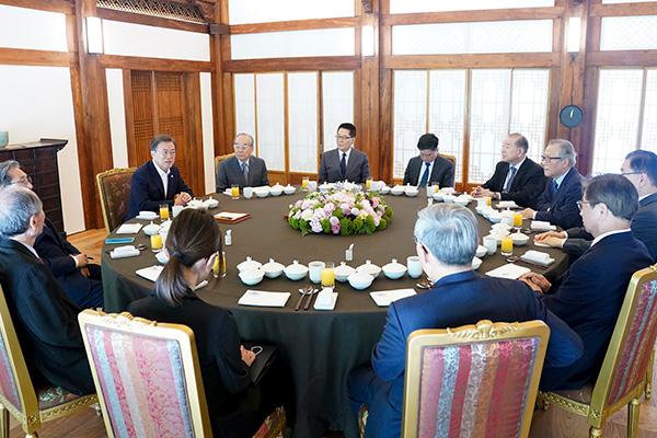 Tổng thống Moon Jae-in gặp gỡ các cựu quan chức ngành ngoại giao và an ninh