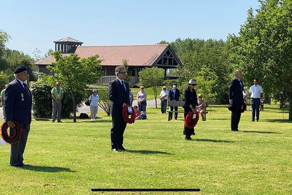Bộ trưởng Quốc phòng Anh dâng hoa tại đài tưởng niệm Chiến tranh Triều Tiên