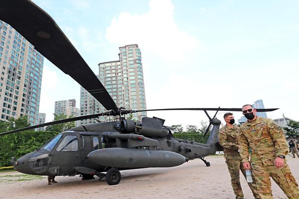 '엔진이상' 미 블랙호크헬기, 한강공원 비상착륙…인명피해 없어