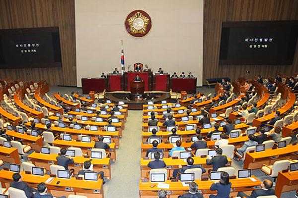Parlement : les travaux se poursuivent mais la tension est palpable