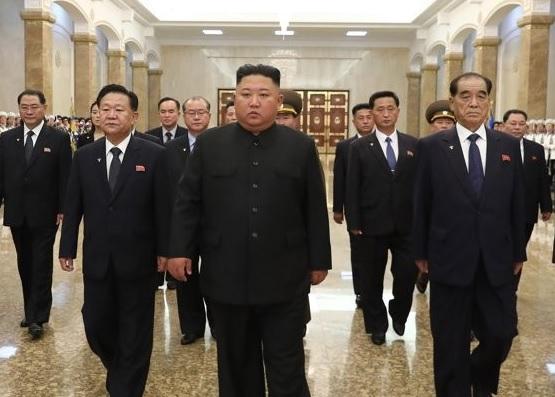 الزعيم الكوري الشمالي يزور قبر جده في ذكرى وفاته