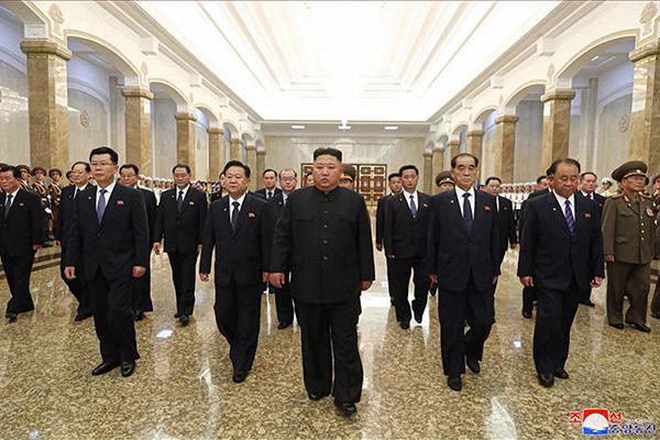 北韓の金委員長、祖父の26周忌で太陽宮殿を参拝