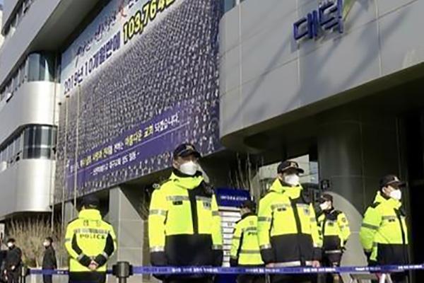 Drei Shincheonji-Funktionäre wegen Behinderung von Maßnahmen gegen Covid-19 verhaftet