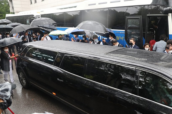 Mourners Continue to Pay Respects to Late Seoul Mayor amid Controversy